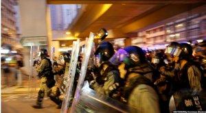 """施英:一周新闻聚焦:香港人""""反送中""""再爆激烈冲突,警方首次开枪"""