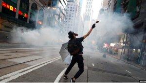 施英:一周新闻聚焦:香港多区爆发反警暴活动,多起激烈流血冲突