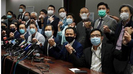 施英:一周新闻聚焦:香港民主派议员集体辞职,抗议北京插手取消四名议员资格